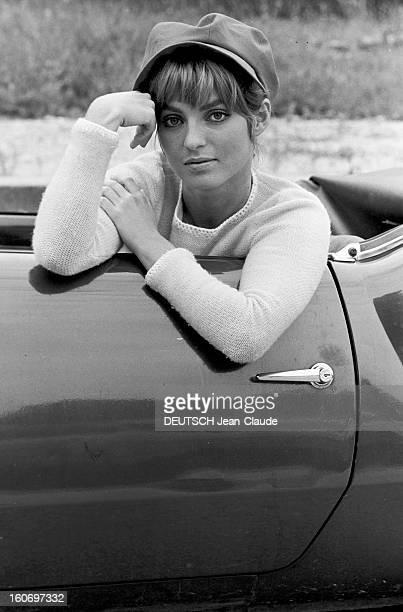 Rendezvous With Mariefrance Pisier Paris 23 août 1967 Sur une route portrait de l'actrice MarieFrance PISIER coiffée d'une casquette assise dans une...