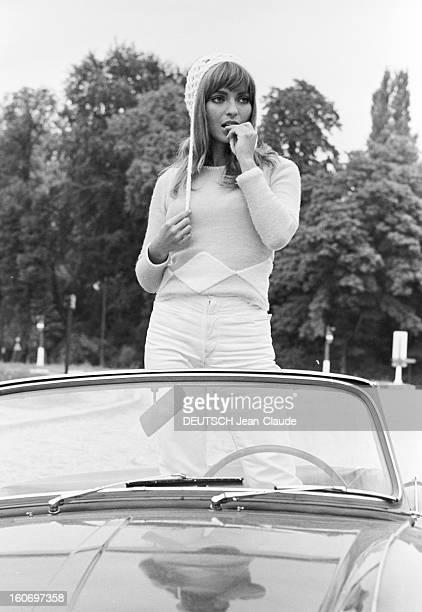 Rendezvous With Mariefrance Pisier Paris 23 août 1967 Sur une route portrait de l'actrice MarieFrance PISIER coiffée d'un bonnet debout dans une...