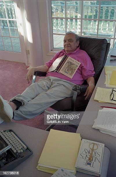 Rendezvous With Mario Puzo EtatsUnis 10 décembre 1996 l'écrivain américain Mario PUZO dans sa maison Assis à son bureau les pieds sur la table un...