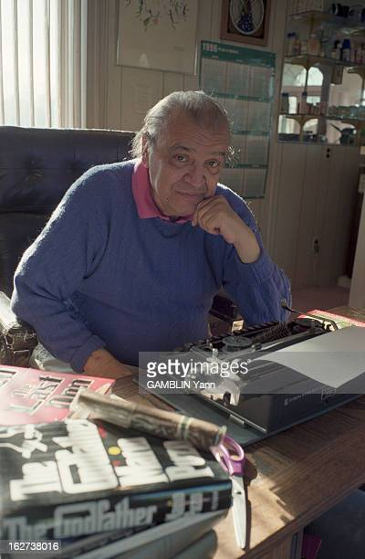 Rendezvous With Mario Puzo EtatsUnis 10 décembre 1996 portrait de l'écrivain américain Mario PUZO dans sa maison assis à son bureau avec sa machine à...