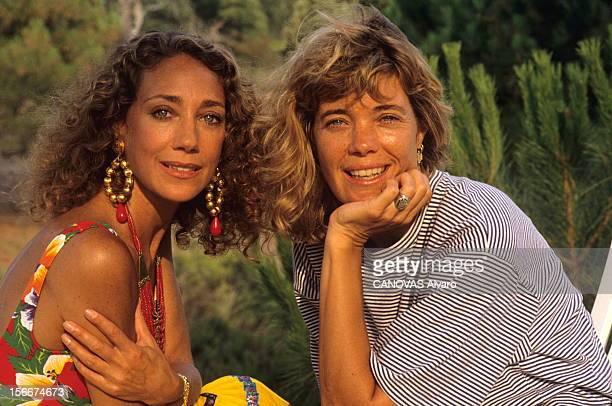 Rendezvous With Marisa Berenson On Holiday In Sainttropez Plan de face souriant de Marisa BERENSON en vacances à SAINTTROPEZ avec sa soeur Berry...