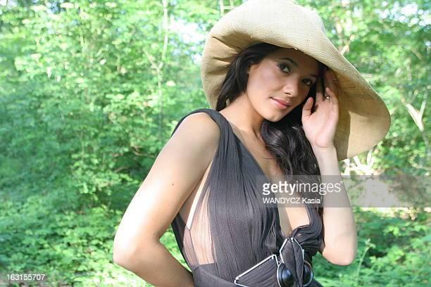 Rendezvous With Melanie Doutey Heroine Of The Series 'Clara Sheller' On France 2 Attitude sexy de Mélanie DOUTEY coiffée d'un chapeau portant une...