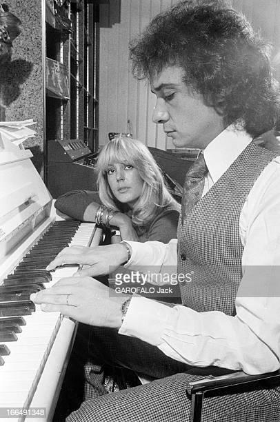 Rendezvous With Michel Sardou 4 octobre 1977 le chanteur Michel SARDOU dans son hôtel particulier de NeuillysurSeine avec Babette HAAS à l'occasion...