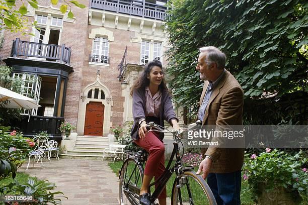 Rendezvous With Michel Serrault At Home In Neuilly Michel SERRAULT dans le jardin de sa maison de Neuilly avec sa fille Nathalie au guidon d'un vélo...