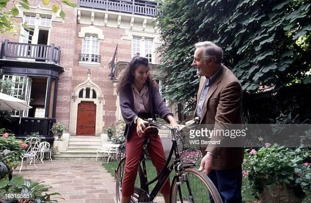 Rendezvous With Michel Serrault At Home In Neuilly Michel SERRAULT dans le jardin de son hôtel particulier de Neuilly en compagnie de sa fille...