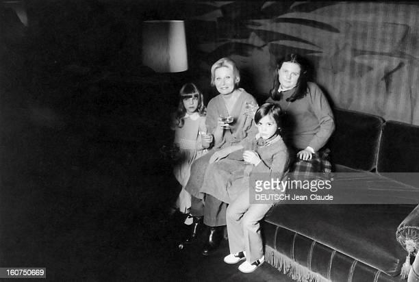 Rendezvous With Michele Morgan With Family Michèle MORGAN souriante en peignoir posant avec trois de ses quatre petitsenfants Samantha 13 ans Déborah...