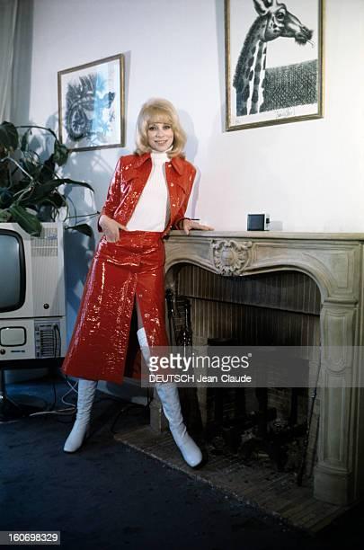 Rendezvous With Mireille Darc En avril 1970 l'actrice Mireille DARC pose dans un appartement en ensemble de vinyle rouge et bottes blanches à côté...