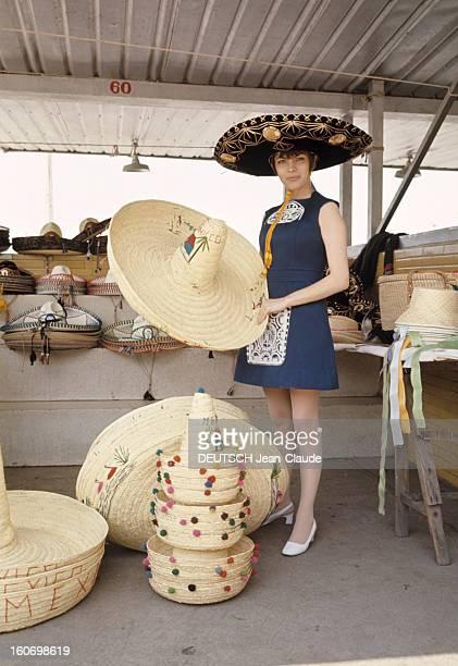 Rendezvous With Mireille Mathieu In Mexico Au Mexique en janvier 1970 dans un magasin de chapeaux la chanteuse Mireille MATHIEU en robe bleue porte...