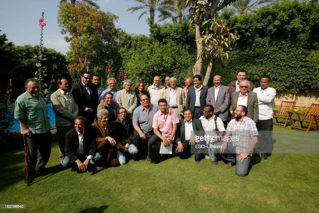 Rendezvous With Mohamed Elbaradei. Le prix Nobel de la paix 2005, Mohamed EL BARADEI dans le jardin de sa maison du Caire. Photo de groupe avec des écrivains égyptiens. Avril 2010.