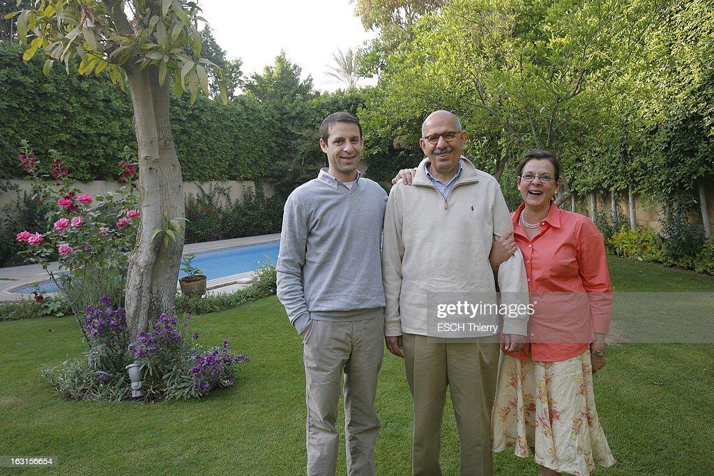 Rendezvous With Mohamed Elbaradei. Le prix Nobel de la paix 2005, Mohamed EL BARADEI posant en famille dans le jardin de sa maison du Caire, entouré de son fils Mostafa, et de son épouse Aïda. Avril 2010.