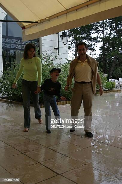 Rendezvous With Nicolas Sarkozy And Cecilia With Family In La Baule Nicolas SARKOZY avec son épouse Cécilia et leur fils Louis s''abritant sous le...