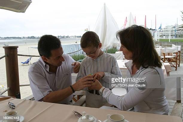 Rendezvous With Nicolas Sarkozy And Cecilia With Family In La Baule Nicolas SARKOZY et son épouse Cécilia assis à une table devant un café ou un thé...
