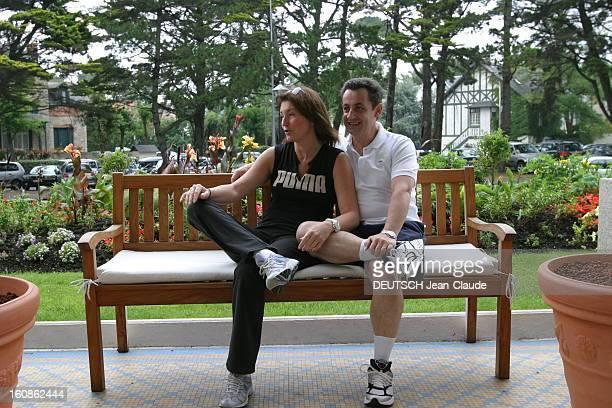 Rendezvous With Nicolas Sarkozy And Cecilia With Family In La Baule Plan de troisquarts souriant de Nicolas SARKOZY avec son épouse Cécilia assis sur...