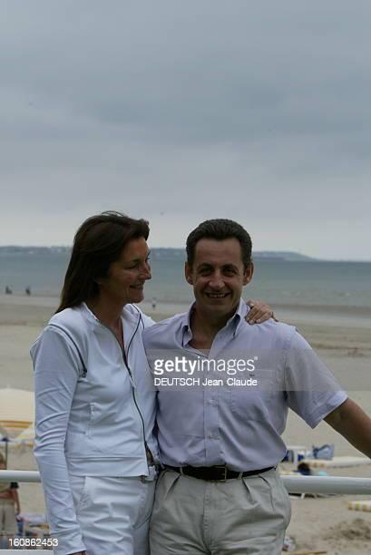 Rendezvous With Nicolas Sarkozy And Cecilia With Family In La Baule Plan de profil souriant de Cécilia SARKOZY regardant son mari Nicolas de face une...
