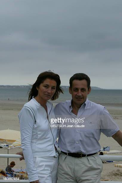 Rendezvous With Nicolas Sarkozy And Cecilia With Family In La Baule Plan de face souriant de Nicolas SARKOZY posant avec son épouse Cécilia sur la...
