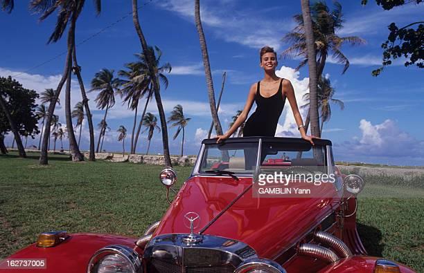 Rendezvous With Niki Taylor En août 1990 portrait de Niki TAYLOR femme mannequin de 15 ans américaine souriante posant debout dans une voiture...
