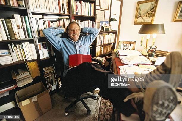 Rendezvous With Noel Mamere At Home In Paris Attitude décontractée de Noël MAMERE en baskets les pieds posés sur le bureau de son appartement à PARIS...