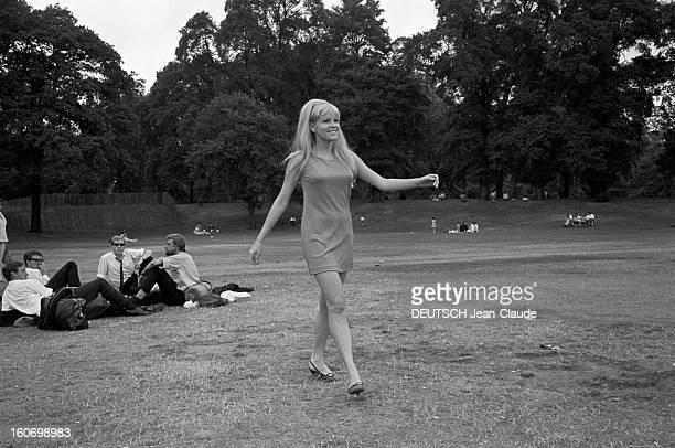 Rendezvous With Olinka Berova Londres 24 Juillet 1967 Olinka BEROVA actrice tchécoslovaque cheveux longs dénoués en robe courte sans manche marchant...