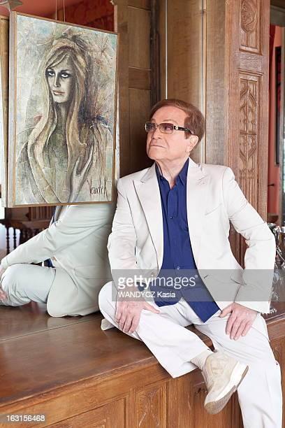 Rendezvous With Orlando Plan de troisquarts d'ORLANDO posant assis sur un meuble chez lui dans son appartement avenue Junot à Montmartre PARIS devant...