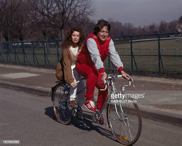 Rendezvous With Patrick Sabatier Région parisienne 25 Février 1985 Portrait de Patrick SABATIER animateur de télévision en survêtement rouge faisant...