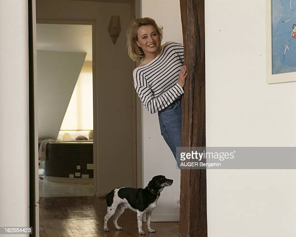 Rendezvous With Pauline Lafont At Home In Paris En France à Paris le 11 mai 1987 Pauline LAFONT actrice dans son appartement avec son chien