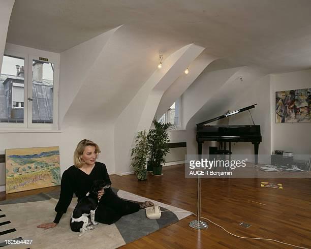 Rendezvous With Pauline Lafont At Home In Paris En France à Paris le 11 mai 1987 Pauline LAFONT actrice dans son appartement avec son chien assise...