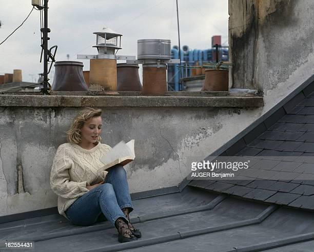 Rendezvous With Pauline Lafont At Home In Paris En France à Paris le 11 mai 1987 Pauline LAFONT actrice lisant un livre sur le toit de son appartement