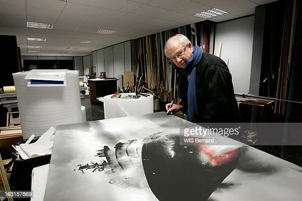 Rendezvous With Philip Plisson Attitude souriante de Philip PLISSON le photographe de la mer signant un tirage agrandi d'une de ses photos dans ses...