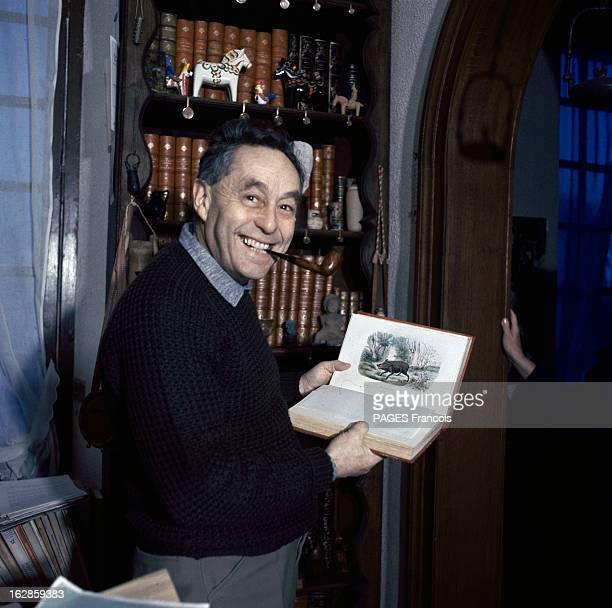 Rendezvous With Professor Bernard Halpern En 1965 en France le professeur Bernard HALPERN dans sa bibliothèque une pipe à la bouche montrant dans un...