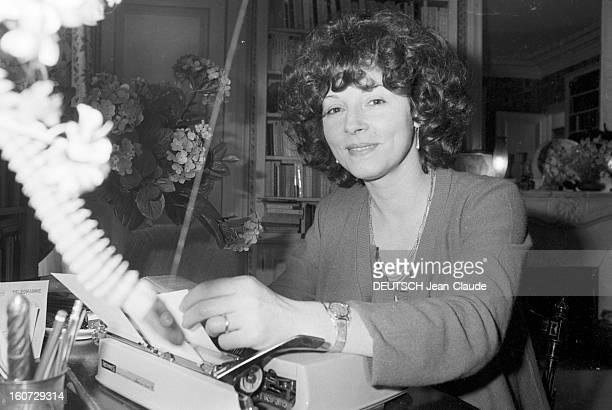 Rendezvous With Regine Deforges At Home Paris 10 Janvier 1978 Chez elle portrait de Regine DESFORGES éditeur et romancière française tenant une...