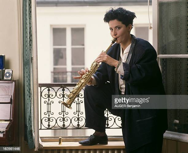 Rendezvous With Rejane Perry Actress And Singer At Home In Paris En France à Paris en mars 1989 Réjane PERRY comédienne et chanteuse le pied sur le...