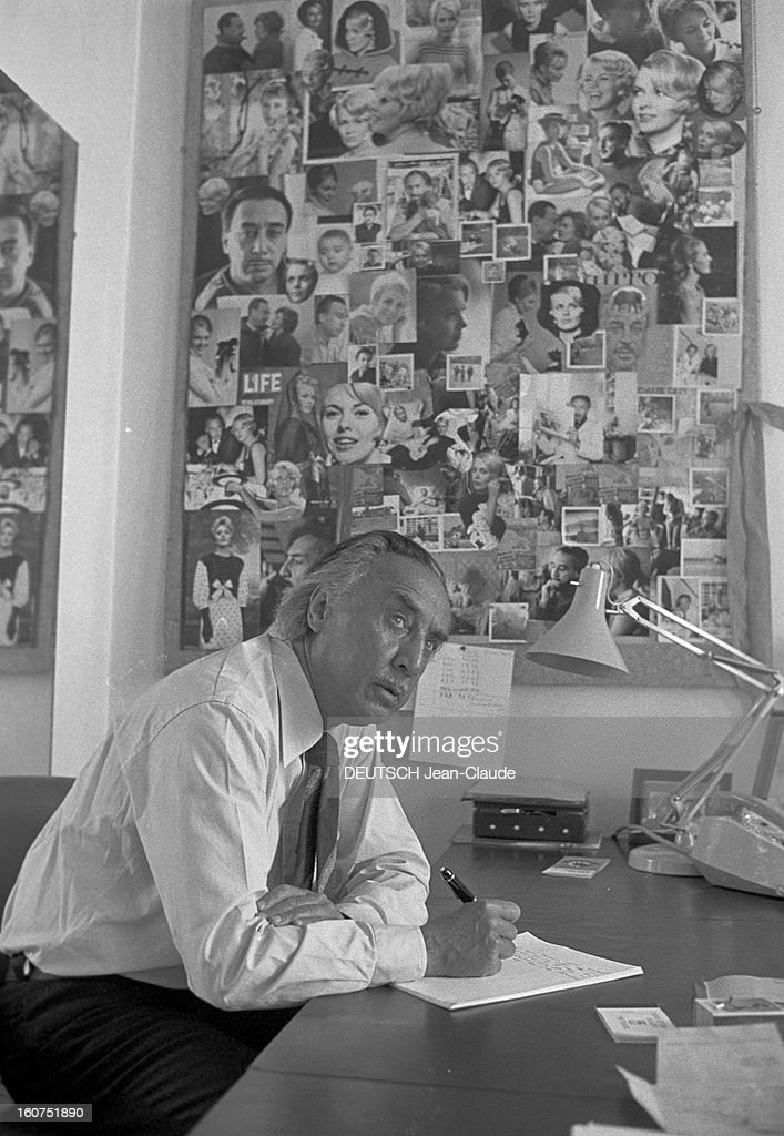 rendezvous with romain gary a paris dans son appartement de la rue pictures getty images. Black Bedroom Furniture Sets. Home Design Ideas