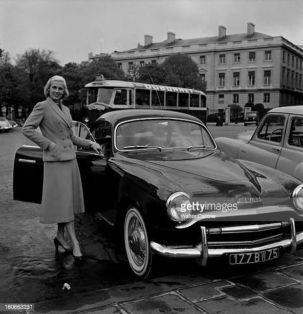 Rendezvous With Roxane In Paris Paris avril 1953 Rencontre avec Roxanne vedette de la Télévision américaine A coté d'une voiture Simca portière...