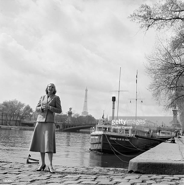 Rendezvous With Roxane In Paris Paris avril 1953 Rencontre avec Roxanne vedette de la Télévision américaine sur les quais de Seine prenant la pose