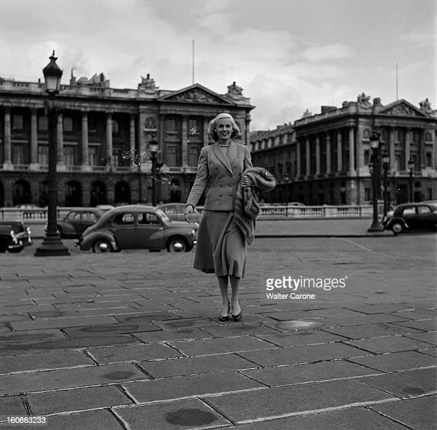 Rendezvous With Roxane In Paris Paris avril 1953 Rencontre avec Roxanne vedette de la Télévision américaine Marchant sur la place de la concorde...