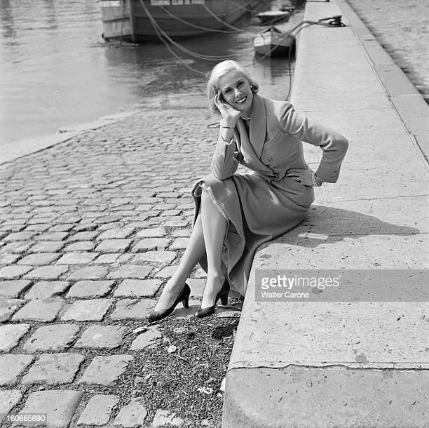Rendezvous With Roxanne In Paris Paris avril 1953 Rencontre avec Roxanne vedette de la Télévision américaine Ici prenant la pose sur les quais de...
