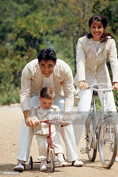 Rendezvous With Sacha Distel With Family In SaintTropez En France à SaintTropez en juin 1966 Sacha DISTEL chanteur avec son épouse Francine BREAUD et...