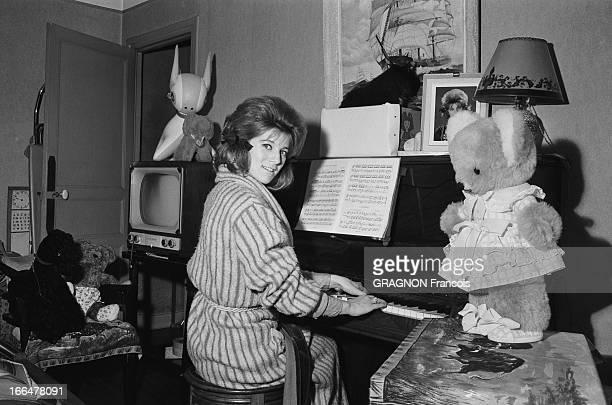 Rendezvous With Sheila Attitude souriante de SHEILA en robe de chambre jouant du piano dans la salle à manger du modeste troispièces de la Porte...