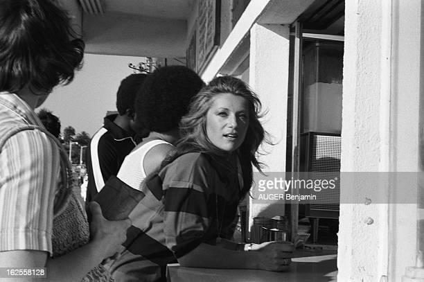 Rendezvous With Sheila In Los Angeles SHEILA achetant une boisson à un stand dans une rue de LOS ANGELES