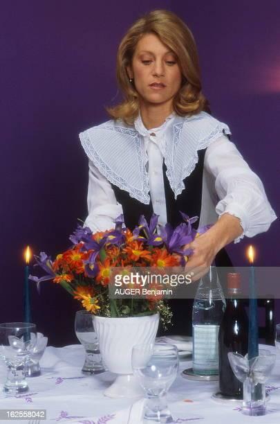 Rendezvous With Sheila SHEILA arrangeant un bouquet de fleurs sur sa table dressée chez elle à NEUILLY