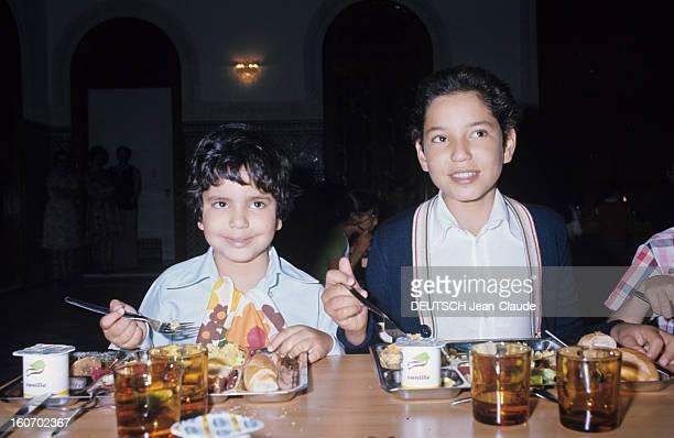 Rendezvous With Sidi Mohammed The Crown Prince Of Morocco Rabat juillet 1976Le jeune prince héritier Sidi MOHAMMED déjeune entouré de de son jeune...