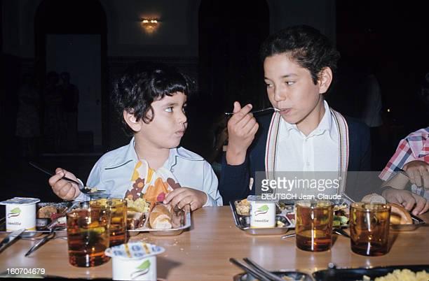 Rendezvous With Sidi Mohammed The Crown Prince Of Morocco Rabat juillet 1976Le jeune prince héritier Sidi MOHAMMED déjeune entouré de son jeune frère...