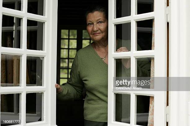 Rendezvous With Simone Veil In Normandy Plan de face souriant de Simone VEIL dans l'ouverture d'une fenêtre de sa maison de NORMANDIE