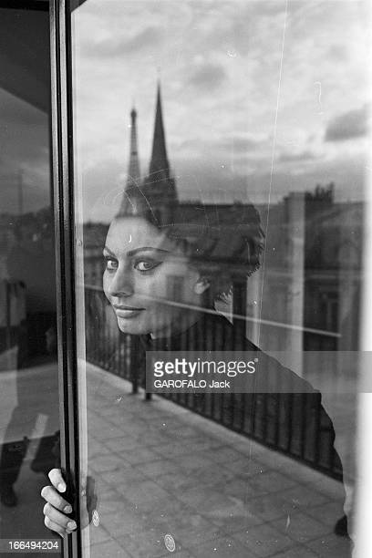 Rendezvous With Sophia Loren And Carlo Ponti In Their Apartment In Paris France Paris 17 novembre 1964 l'actrice italienne Sophia LOREN s'installe...