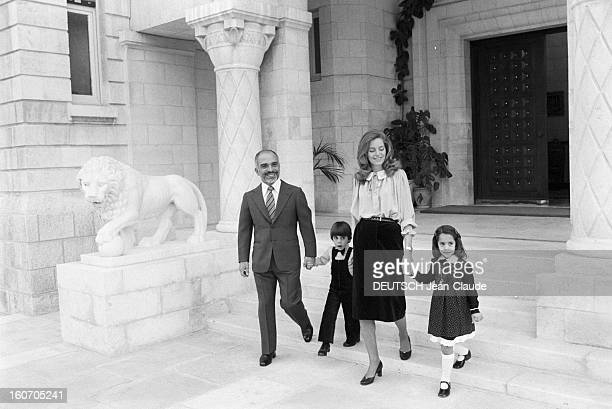Rendezvous With The King Hussein Of Jordan With Family En Jordanie à Amman en novembre 1979 devant un perron du palais royal 'Al Nadwah' portrait du...