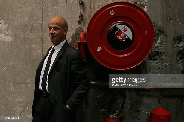 Rendezvous With The Theater Director Luc Bondy Attitude souriante de Luc BONDY devant une lance à incendie et un extincteur dans les coulisses du...