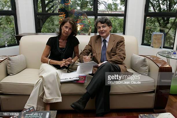 Rendezvous With Thierry Breton At Home In Paris Attitude souriante de Thierry BRETON assis sur un canapé des feuilles à la main avec son épouse...