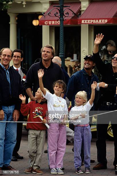Rendezvous With Thierry Roussel And Children At Eurodisney MarnelaVallée 22 septembre 1992 Au parc d'attraction EURODISNEY portrait de Thierry...