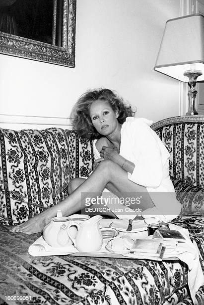 Rendezvous With Ursula Andress In Paris Attitude sexy d'Ursula ANDRESS en peignoir assise sur un canapé devant un plateau petitdéjeuner dans une...