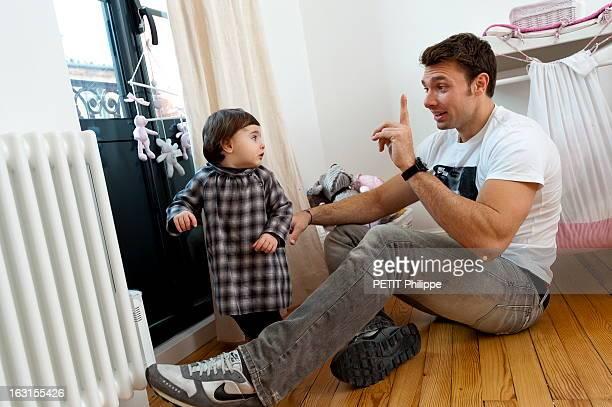 Rendezvous With Vincent Clerc Attitude souriante du rugbyman Vincent CLERC assis sur le parquet dans une pièce de sa maison à TOULOUSE faisant un...